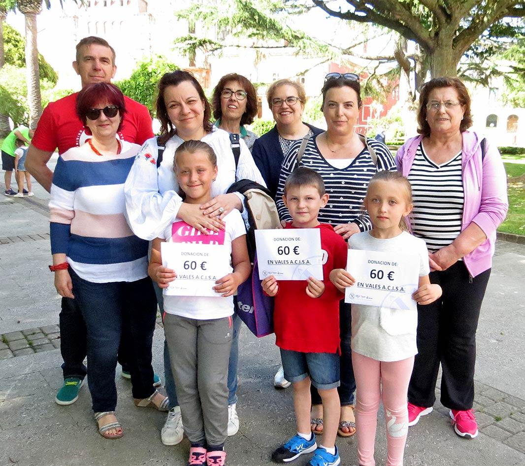 Acisa Ribadeo hizo entrega de vales de compra a las dos niñas y al niño ucraniano que pasan sus vacaciones con tres familias ribadenses